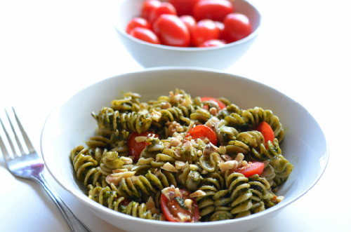 Pasta with spinach-nut pesto